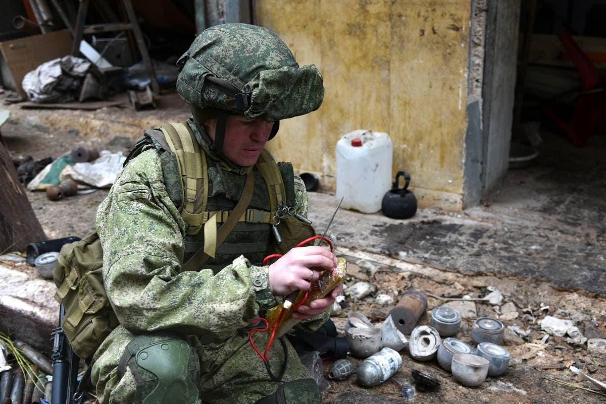 قوات روسية خاصة تنزع الألغام و القنابل في مدينة حلب
