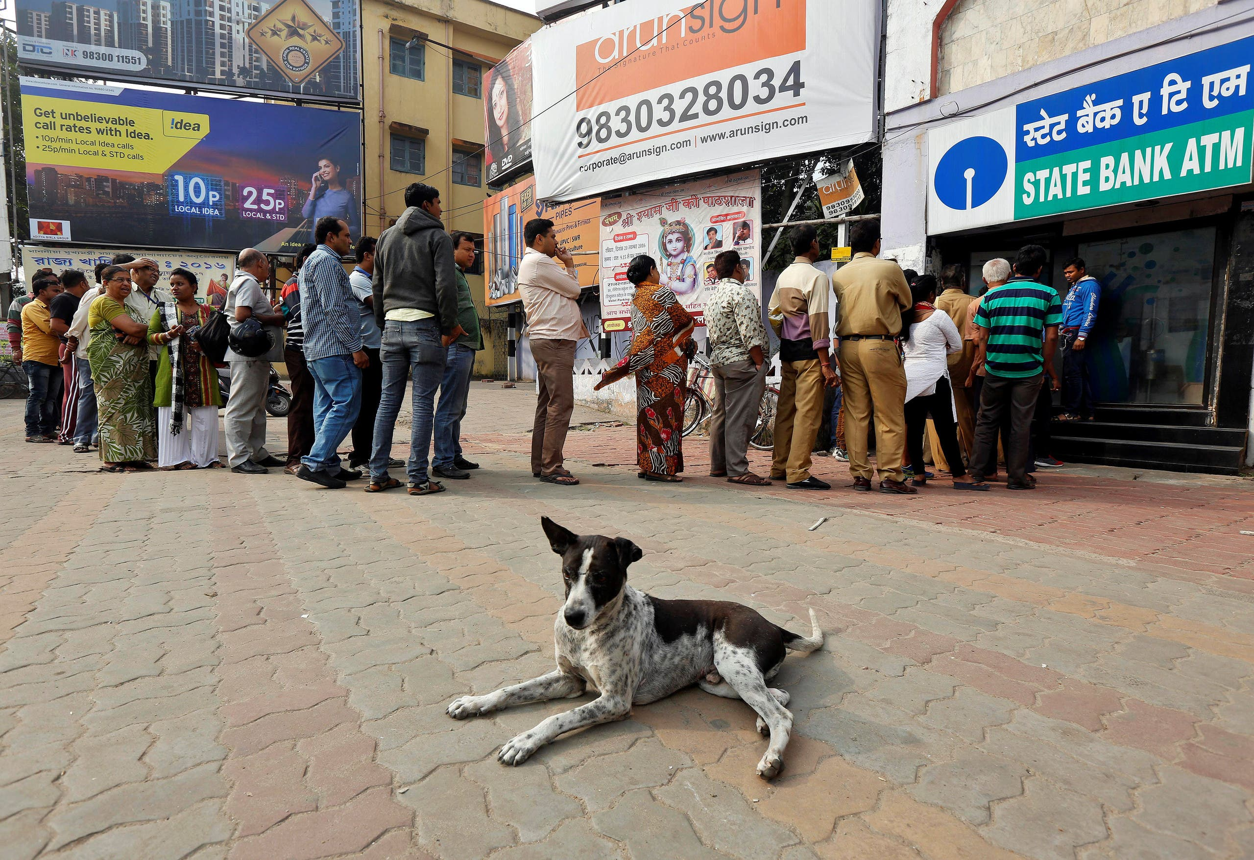 People queue outside an ATM to withdraw cash in the eastern city of Kolkata, India, on December 4, 2016. (Reuters)