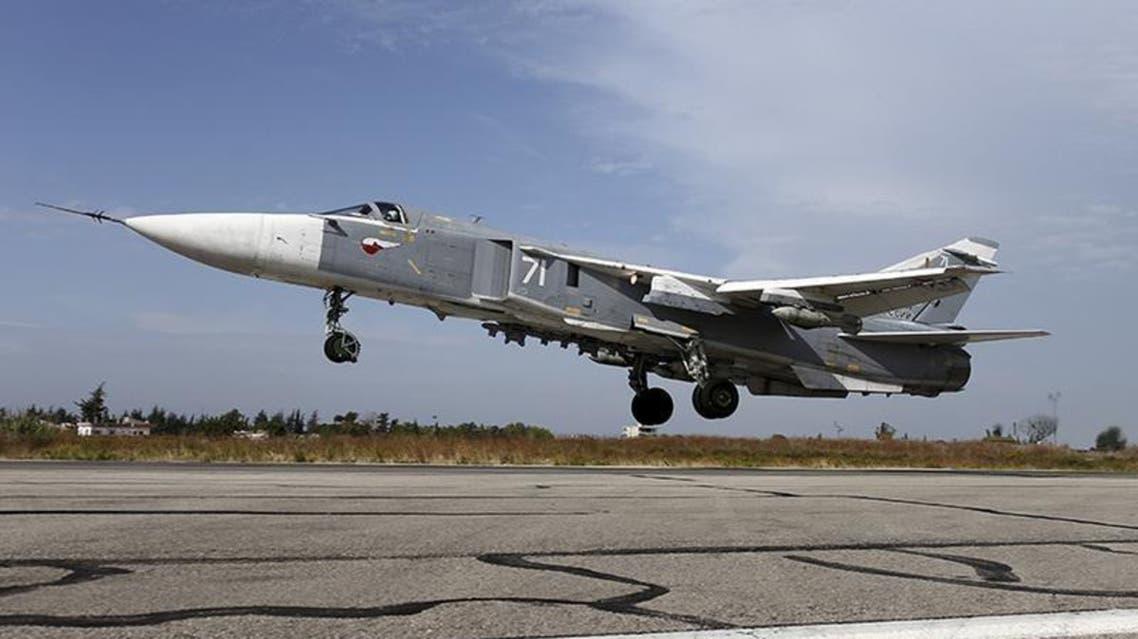 مقاتلة من طراز سوخوي سو-24 تقلع من قاعدة حميميم الجوية قرب اللاذقية في سوريا
