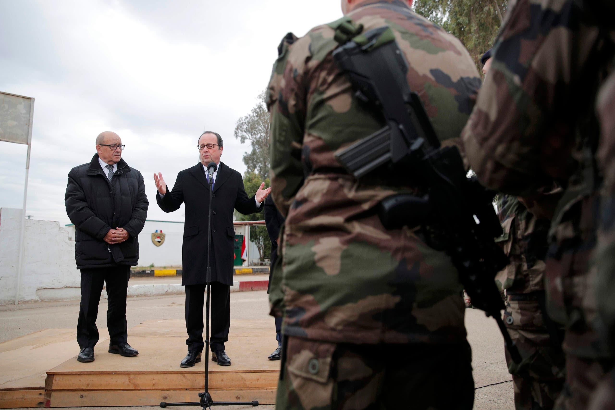 فرانسوا اولاند رئیس جمهوری فرانسه و در کنار او جان اف لودریان وزیر دفاع این کشور