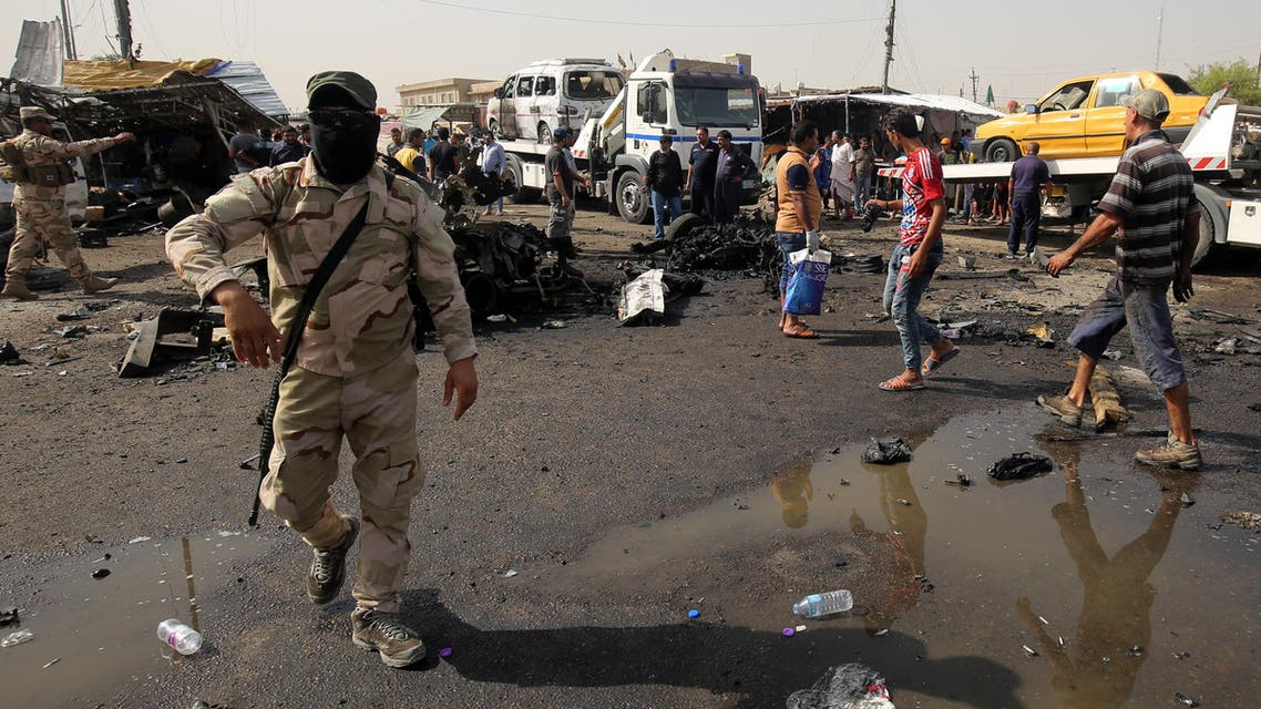 Iraqi soldiers and civilians check the damage after a suicide bomber detonated an explosives-rigged vehicle in northern Baghdad's Sadr City on May 17, 2016 security and medical officials said. (File photo: AFP)