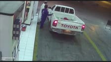 شاهد.. رشاقة عامل محطة محروقات تمنع هروب سائق