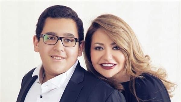 مع  ابنها بالتبني