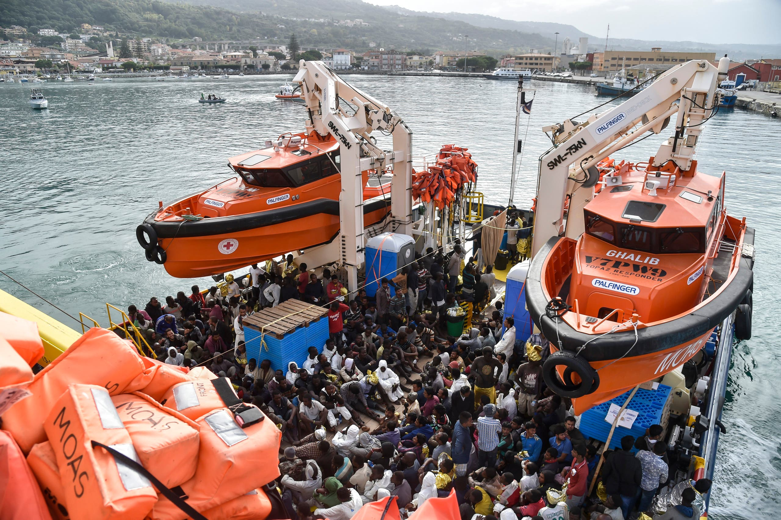 A rescue ship arrives in the harbor of Vibo Valentia, southern Italy, with 400 migrants and refugees from Central Africa and Syria on board, on November 7, 2016 following a rescue operation off the Libyan coast in the Mediterranean Sea. (File photo: AFP)