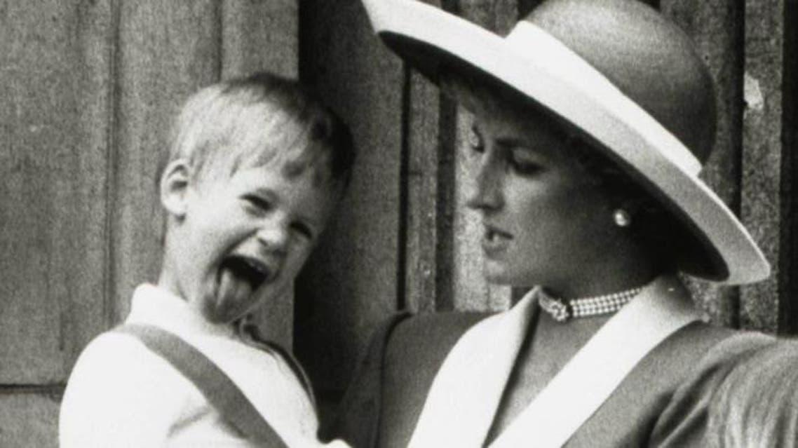 عام 1988 الأميرة ديانا وهي تحمل ابنها الأمير هاري بينما يقف ابنها الأكبر الأمير وليام أمامهما في شرفة بقصر بكنجهام في لندن
