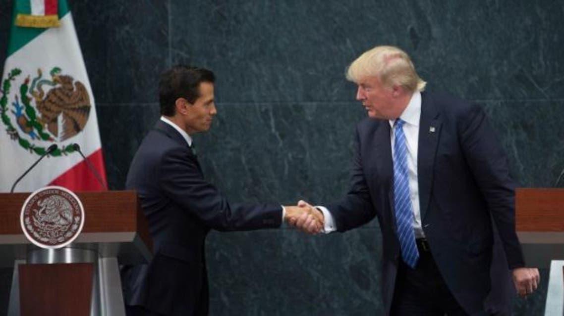 ترمب يصافح الرئيس المكسيك خلال زيارته المثيرة للجدل