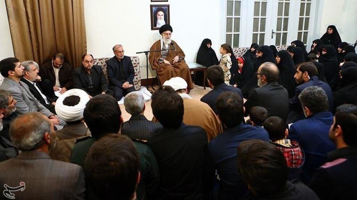 من استقبال خامنئي لقتلى العسكريين الايرانيين في سوريا في ديسمبر
