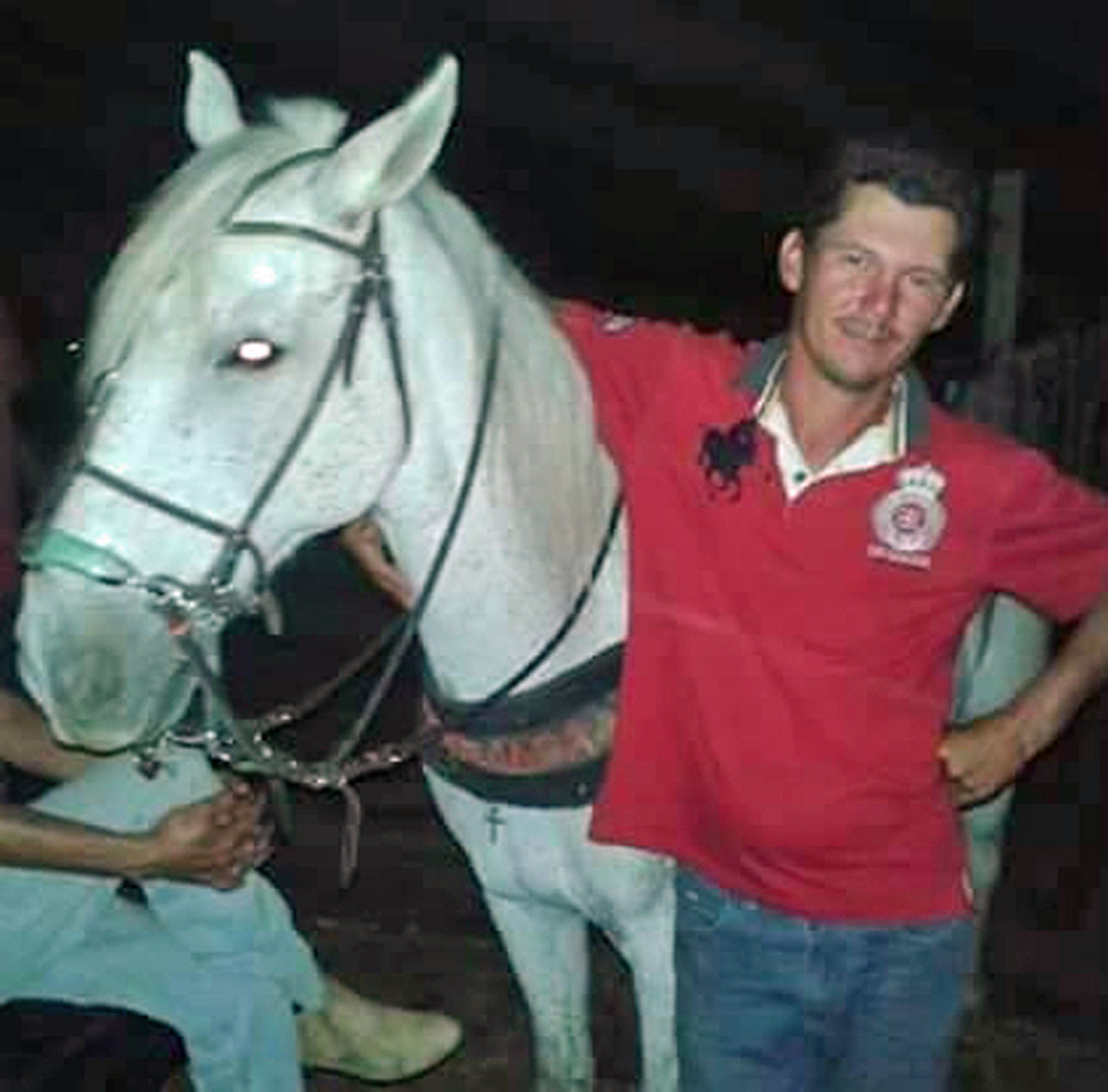 مؤثرة لحصان يبكي وفاة صاحبه 284d662a-bfd4-46bf-a108-c1d9bc0bb7bd.jpg