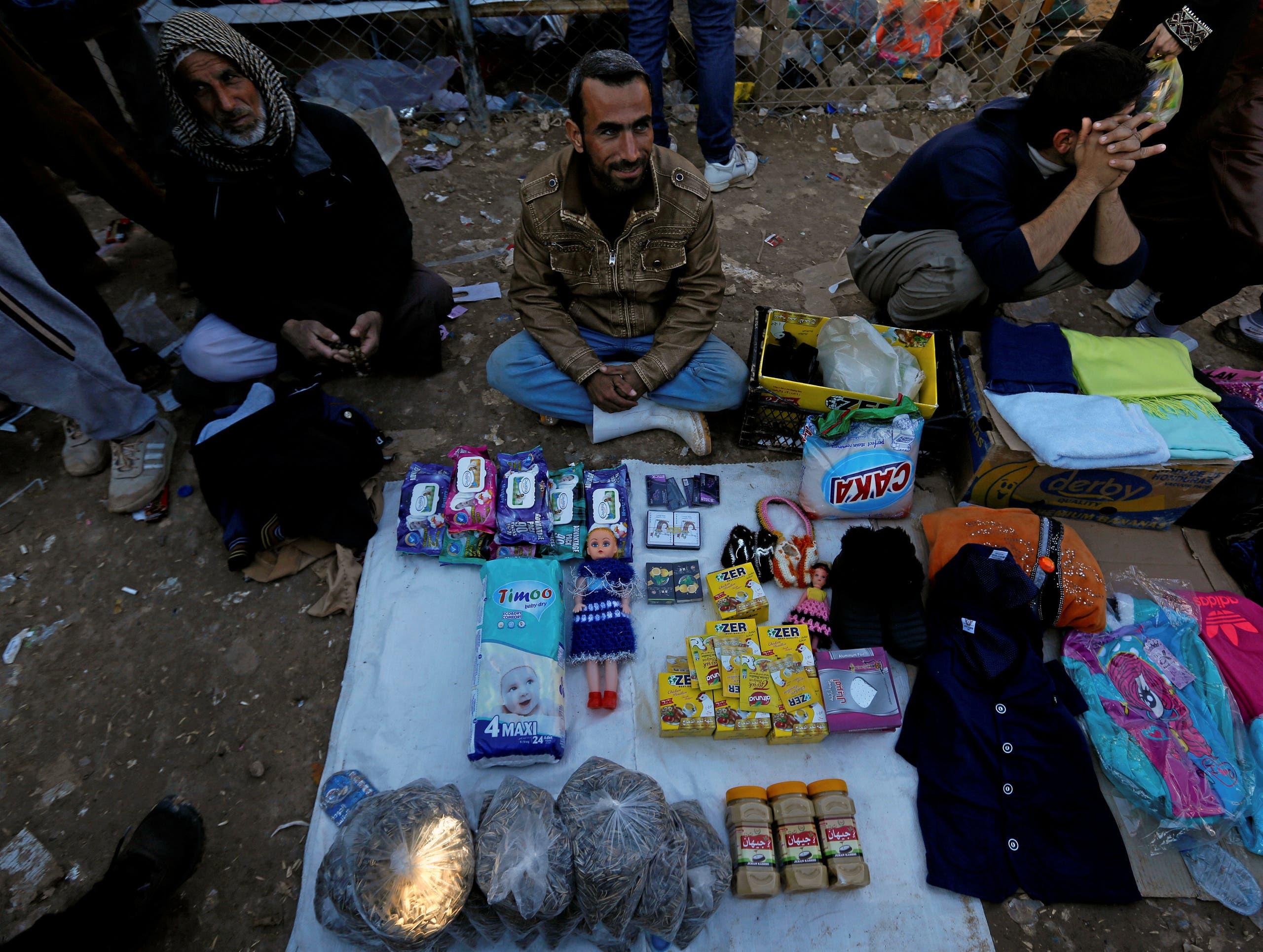 نازح عراقي هرب من منطقة سيطرة داعش في الموصل يبيع المأكولات في مخيم الخزر (أرشيفية)