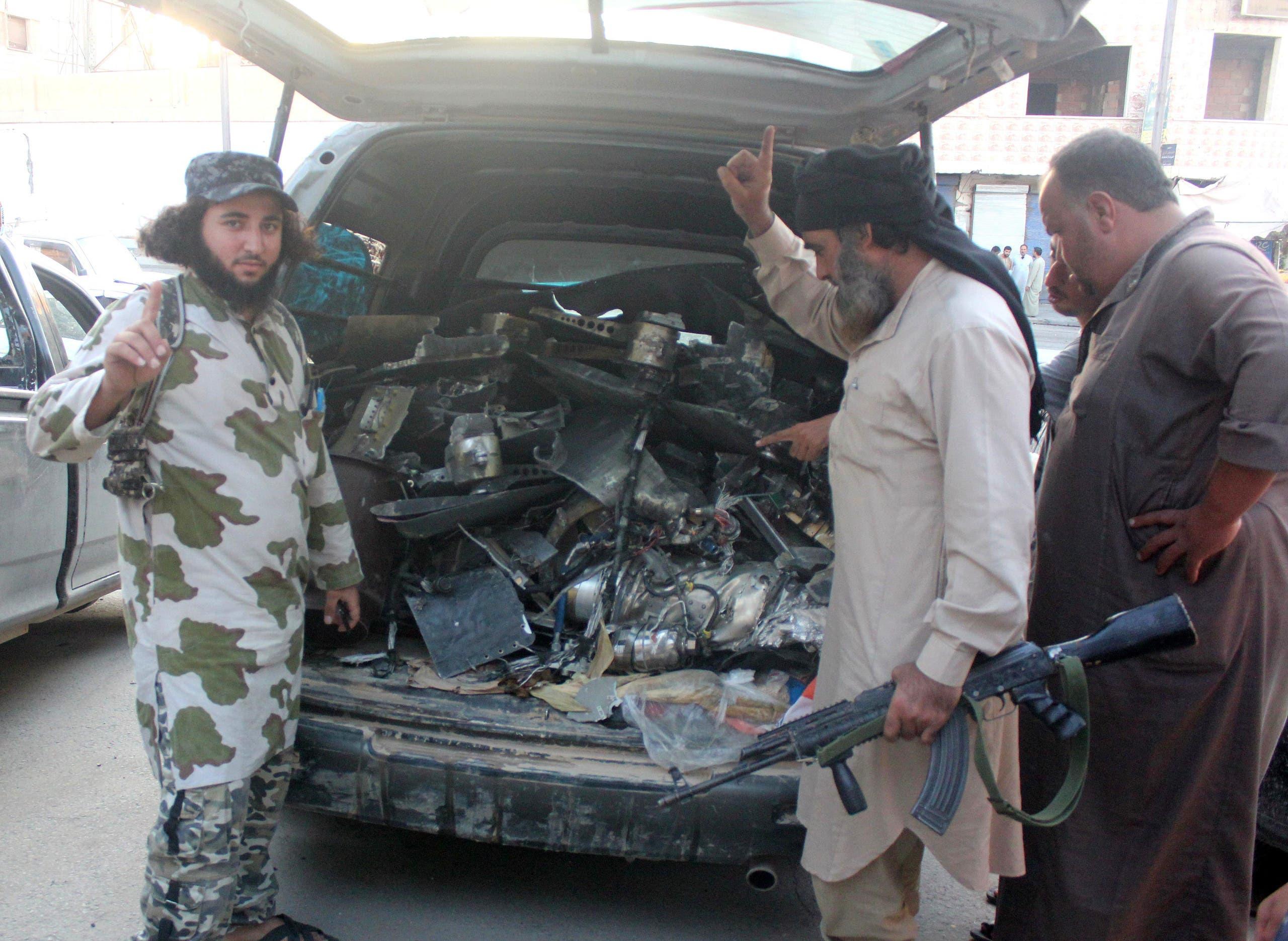 مقاتلون من داعش يظهرون ما يدعون أنها طائرة من دون طيار أميركية وقعت في الرقة (أرشيفية)