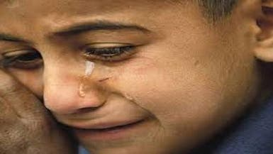 فيديو يفطر القلوب لتعذيب طفل في دار أيتام بماء بارد