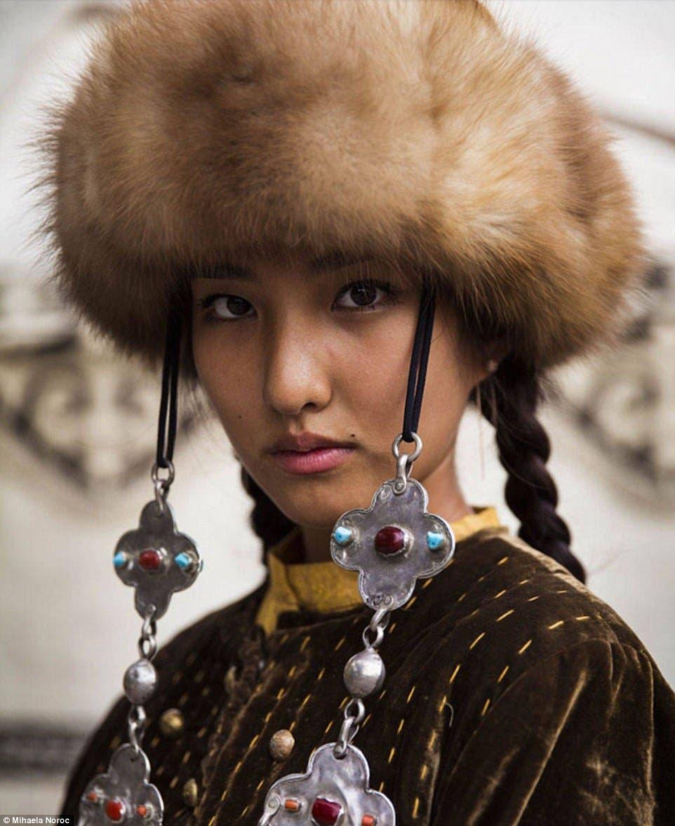 شابة في ملابس شعبية قيرغيزية