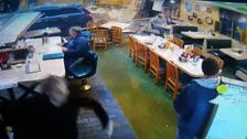 شاهد نجاة زبائن مطعم أميركي من سيارة مجنونة