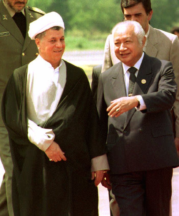 Iranian President Hashemi Rafsanjani (L) chats with Indonesian counterpart Suharto 31 August 1992 upon his arrival here to attend the 10th Non-Alinged Movement summit (Yeh Tao Chuan / AFP)