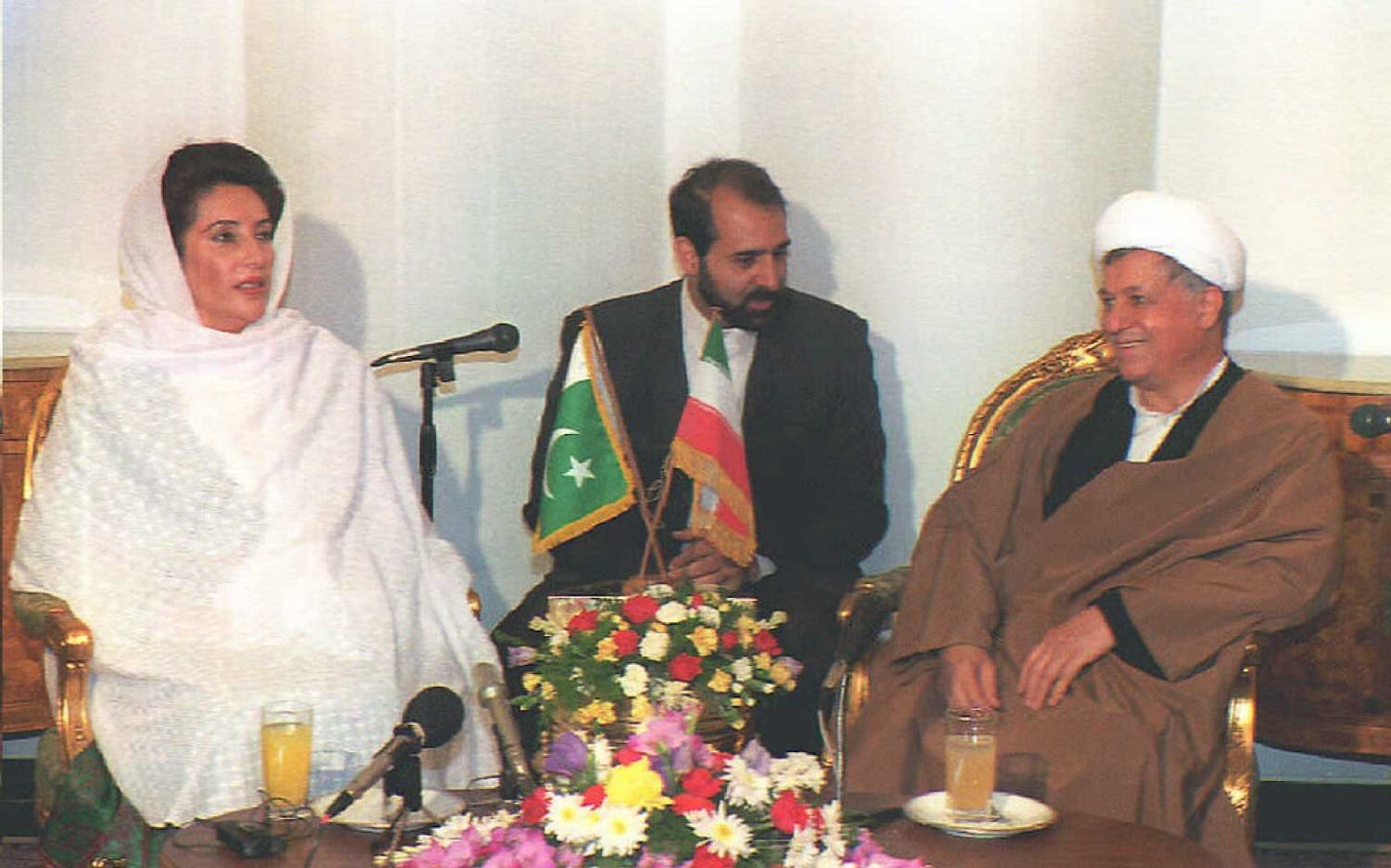 Pakistani Prime Minister Benazir Bhutto meets Iranian President Ali Akbar Hachemi-Rafsandjani (R) November 7, 1995, in Tehran. Benazir Bhutto denied any rivalry between her country and Iran for influence in their common neighbor Afghanistan (Photo: AFP)