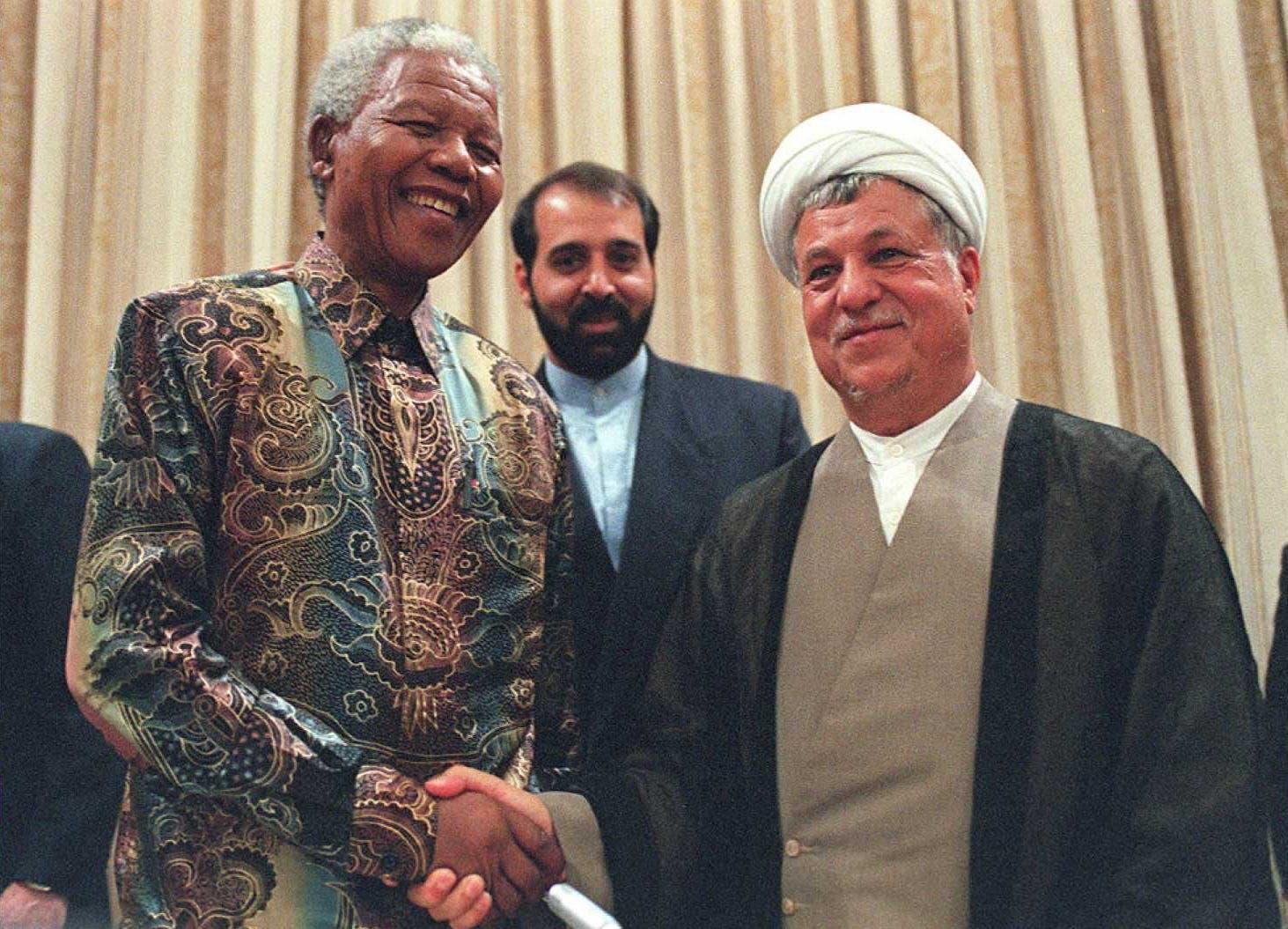اکبرہاشمی رفسنجانی  جنوبی افریقا کے سابق صدر نیلسن مینڈیلا کے ساتھ مصافحہ کرتے ہوئے ۔
