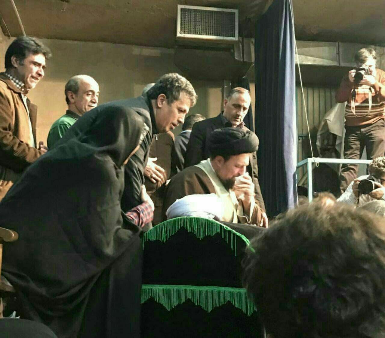 حسن الخميني وعائلة رفسنجاني يقفون فوق نعشه