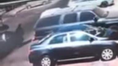 فيديو.. شابان يسرقان سيدة سعودية بسيارة مسرعة
