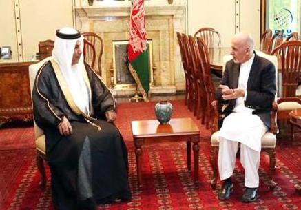 کابل میں متعین متحدہ عرب امارات کے سفیر جمعہ الكعبي افغان صدر اشرف غنی کے ساتھ  ۔ فائل تصویر