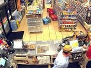 شاهد رجلا يستخدم يده كمسدس وهمي للسطو على متجر بأميركا