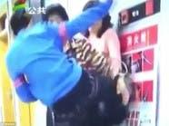 شاهد.. صبي صيني يهاجم أمه بوحشية