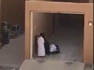 فيديو مبكٍ.. مسنّة تدشّن منزل ولدها والأخير يقبل قدميها