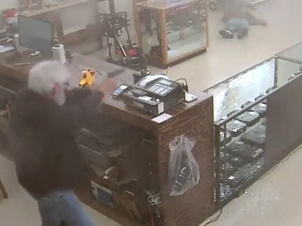 """بالفيديو..لص """"أحمق"""" حاول سرقة محل أسلحة فقتل فوراً"""