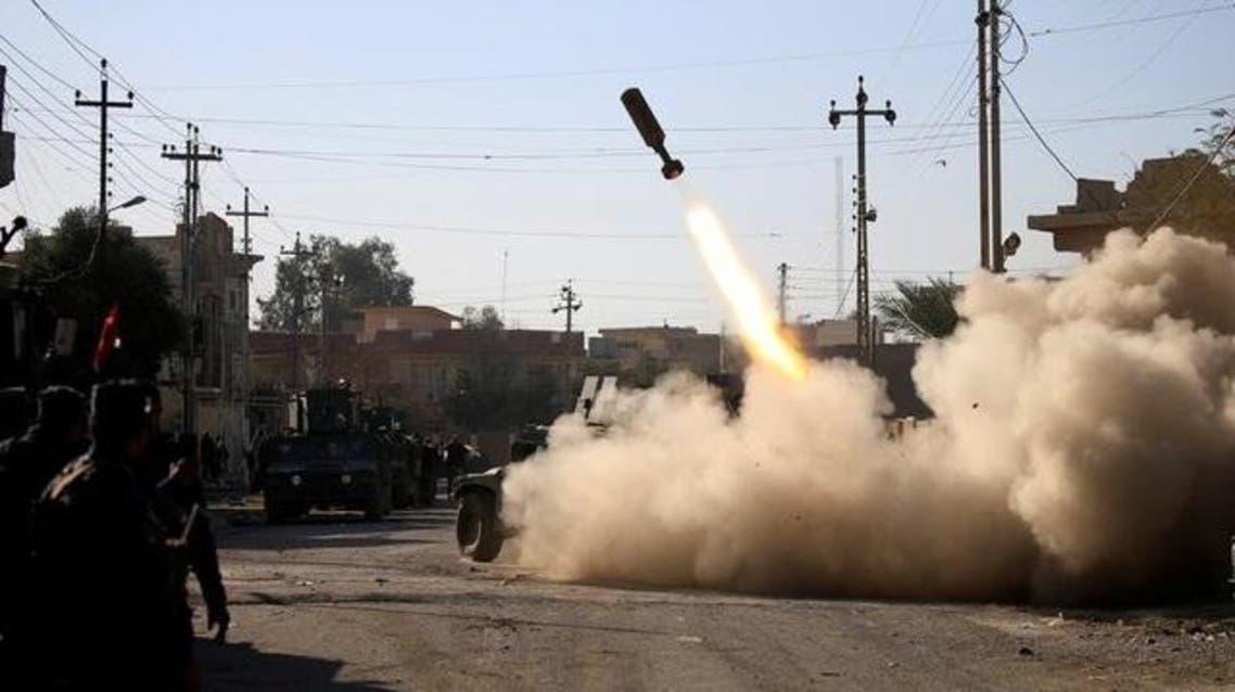 أفراد من وحدات الرد السريع بالشرطة الاتحادية العراقية يطلقون صواريخ باتجاه مقاتلي الدولة الاسلامية في حي سومر شرق الموصل