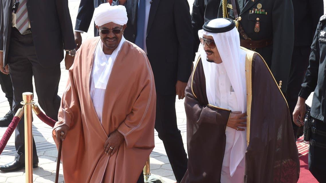 Saudi King Salman bin Abdulaziz (R) welcomes Sudanese President Omar al-Bashir at King Khalid International airport in Riyadh, on November 10, 2015. (AFP)