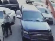 فيديو.. سرق أغراضا من سيارته ثم مشى بجواره دون أن يلحظه