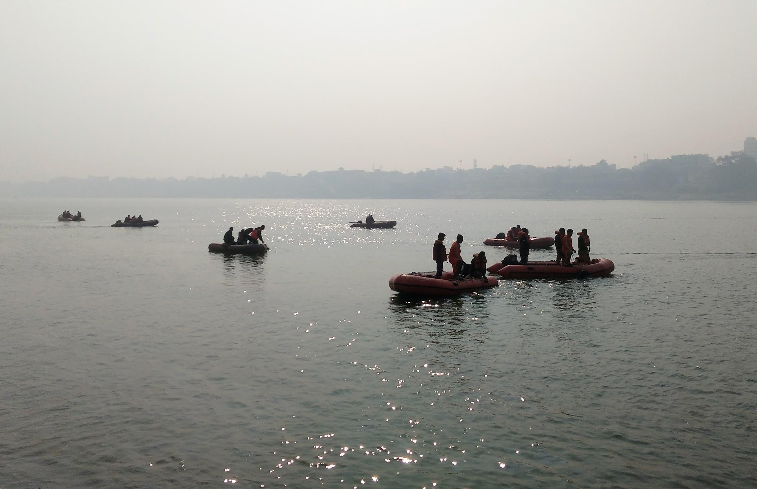 عمال الإغاثة يبحثون عن الغرقى