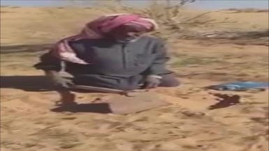 شاهد ماذا يفعل هذا المسن السعودي في صحراء القصيم