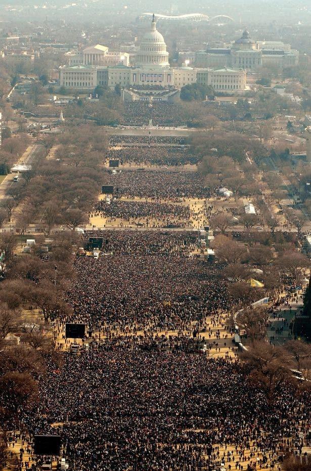 مشهد عام لتنصيب أوباما وكمية هائلة من البشر على امتداد الشوارع في واشنطن