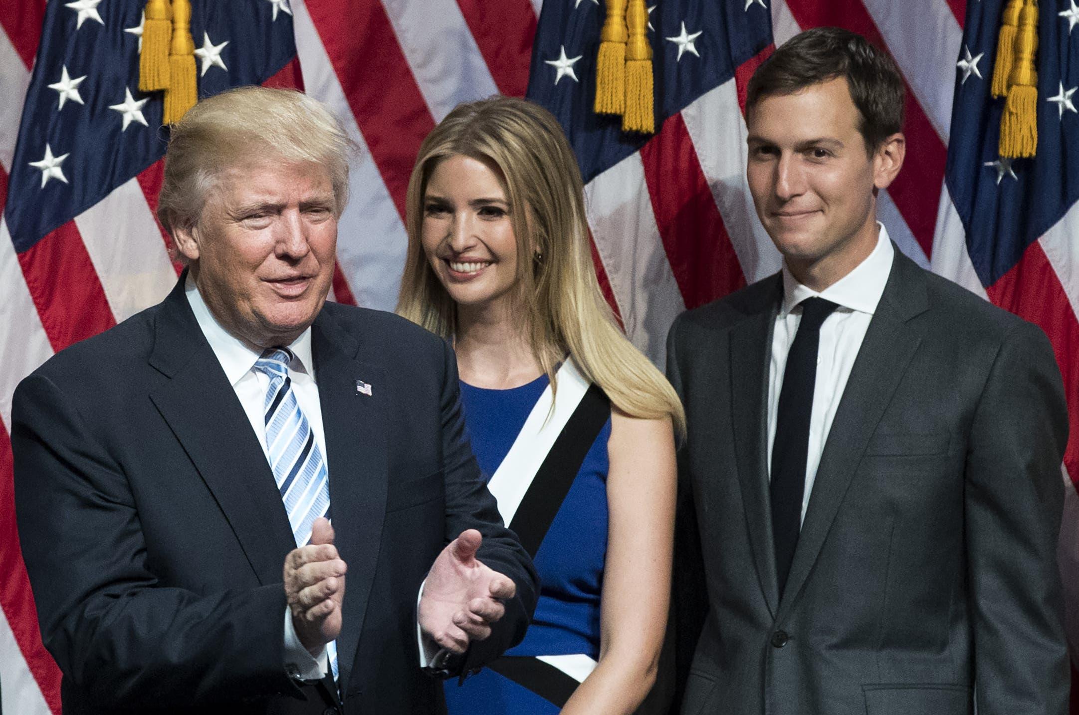 دونالد ترمب مع ابنته ايفانكا وزوجها خلال مناسبة في يوليو الماضي