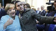 """مرکل کے ساتھ """"سيلفی"""" لینے والے شامی نوجوان کا فیس بک پر مقدمہ"""