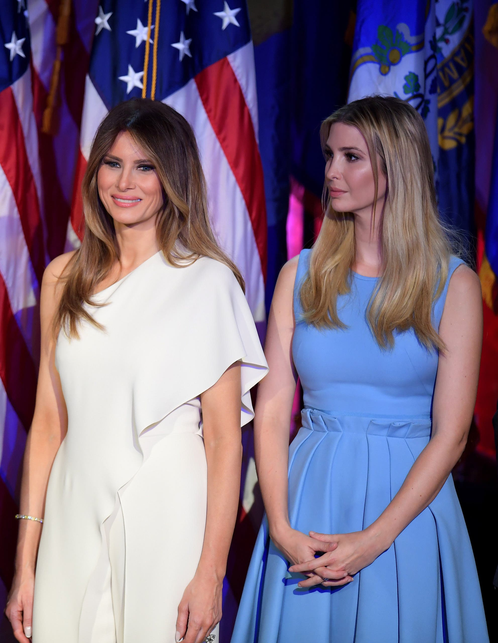 إيفانكا وميلانيا تنظران إلى دونالد ترمب عند إلقائه خطاب الفوز بالانتخابات