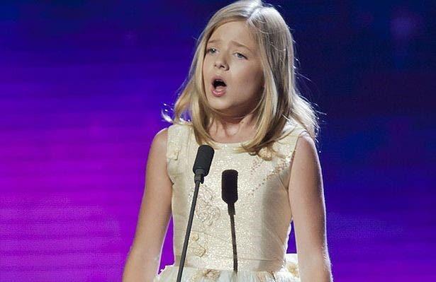 جاكي ايفانكو (16 سنة) التي ستلقي ترنيمة النشيد الوطني