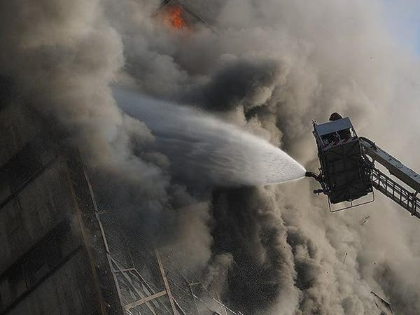 شاهد لحظة انهيار 15 طابقاً بطهران ومقتل 30 إطفائياً