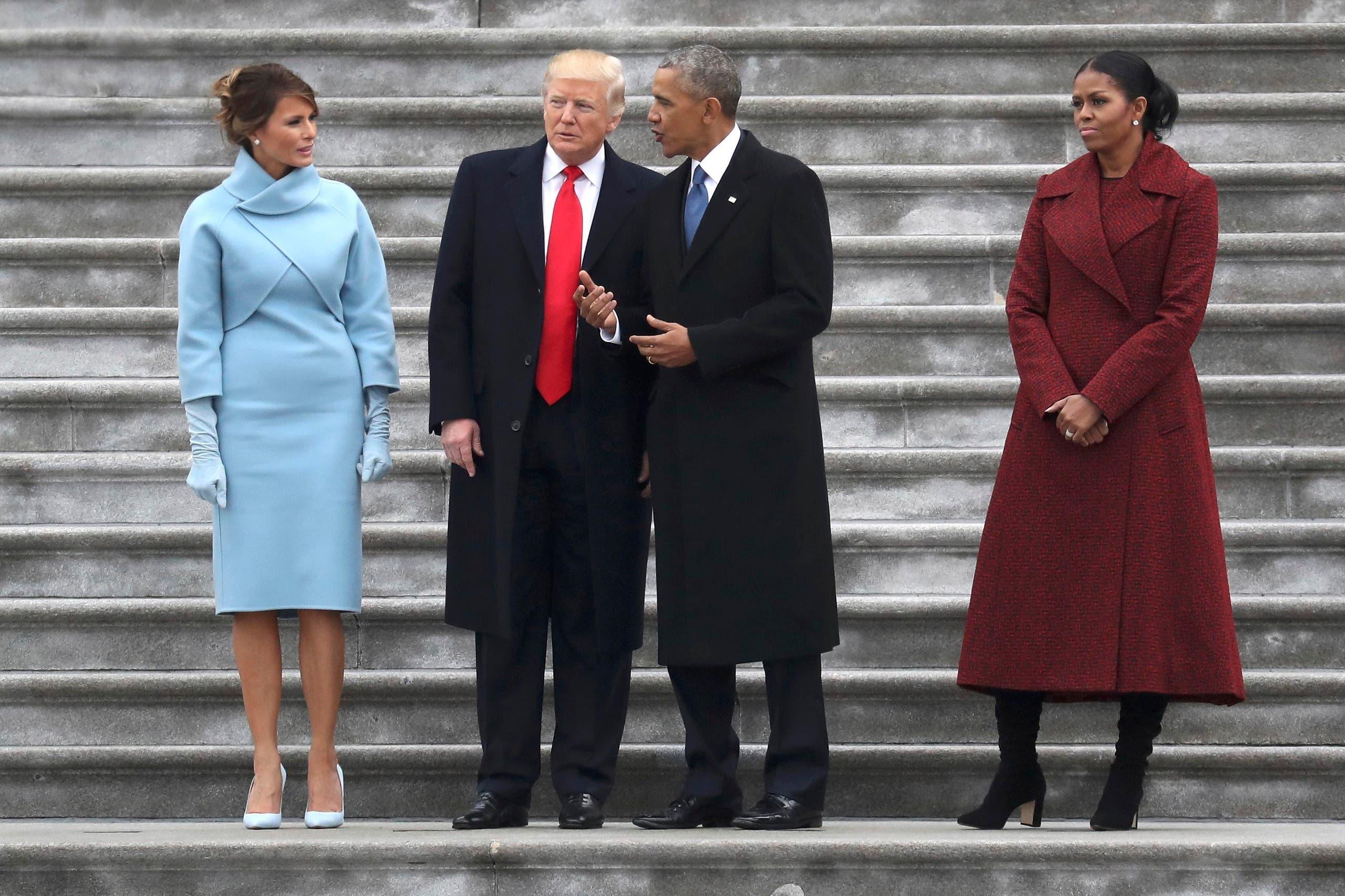 الرئيس الحالي والرئيس السابق وزوجتيهما في الطريق إلى الطائرة من أمام مبنى الكابيتول في واشنطن