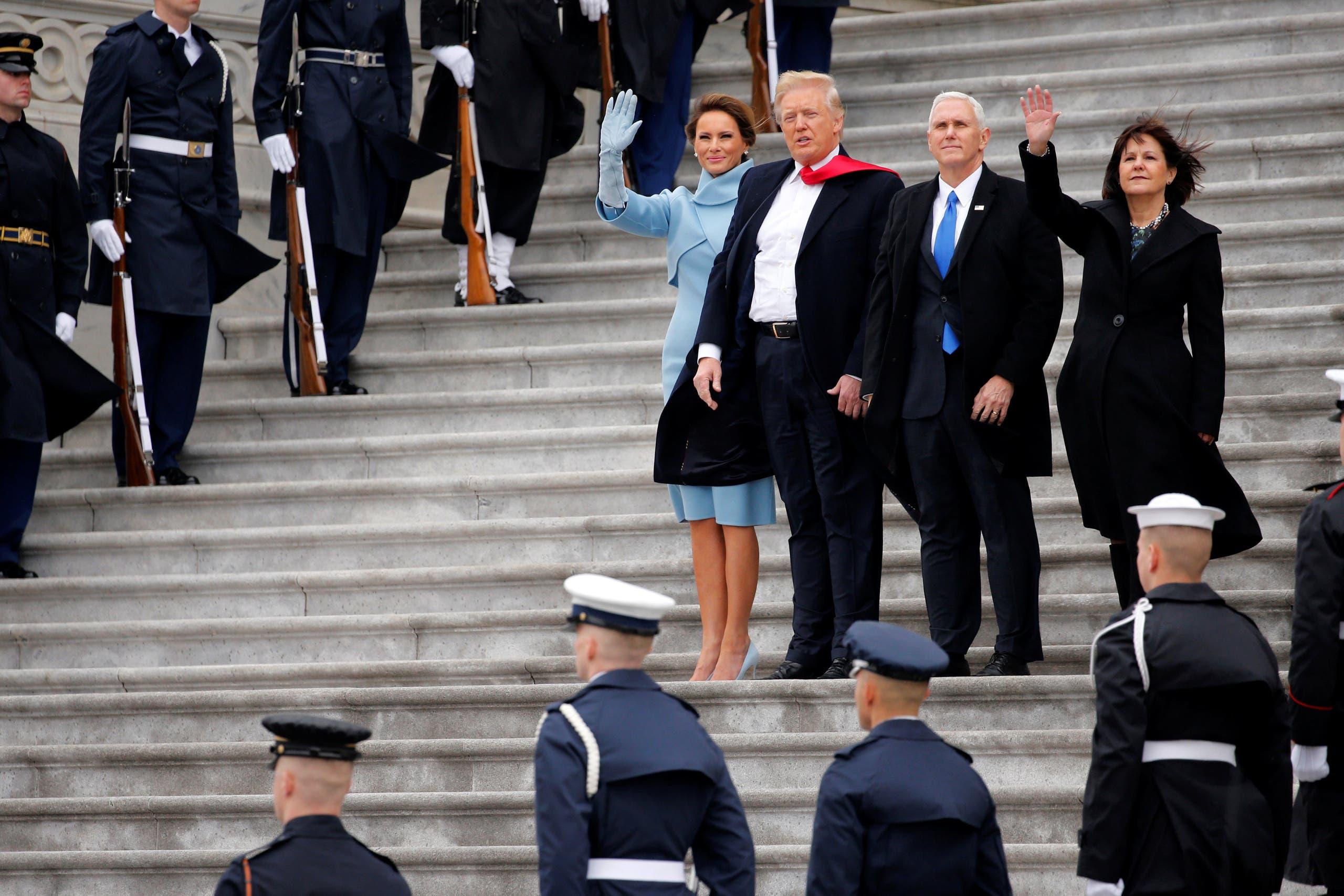 ترمب ونائبه وزوجتيهما يلوحان لأوباما بعد صعوده للطائرة