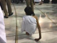 بالصور.. غانم المفتاح يؤدي العمرة مشياً على يديه