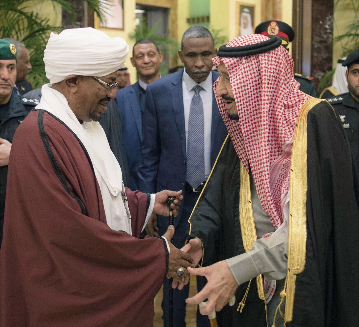 العاهل السعودي يصافح الرئيس السوداني