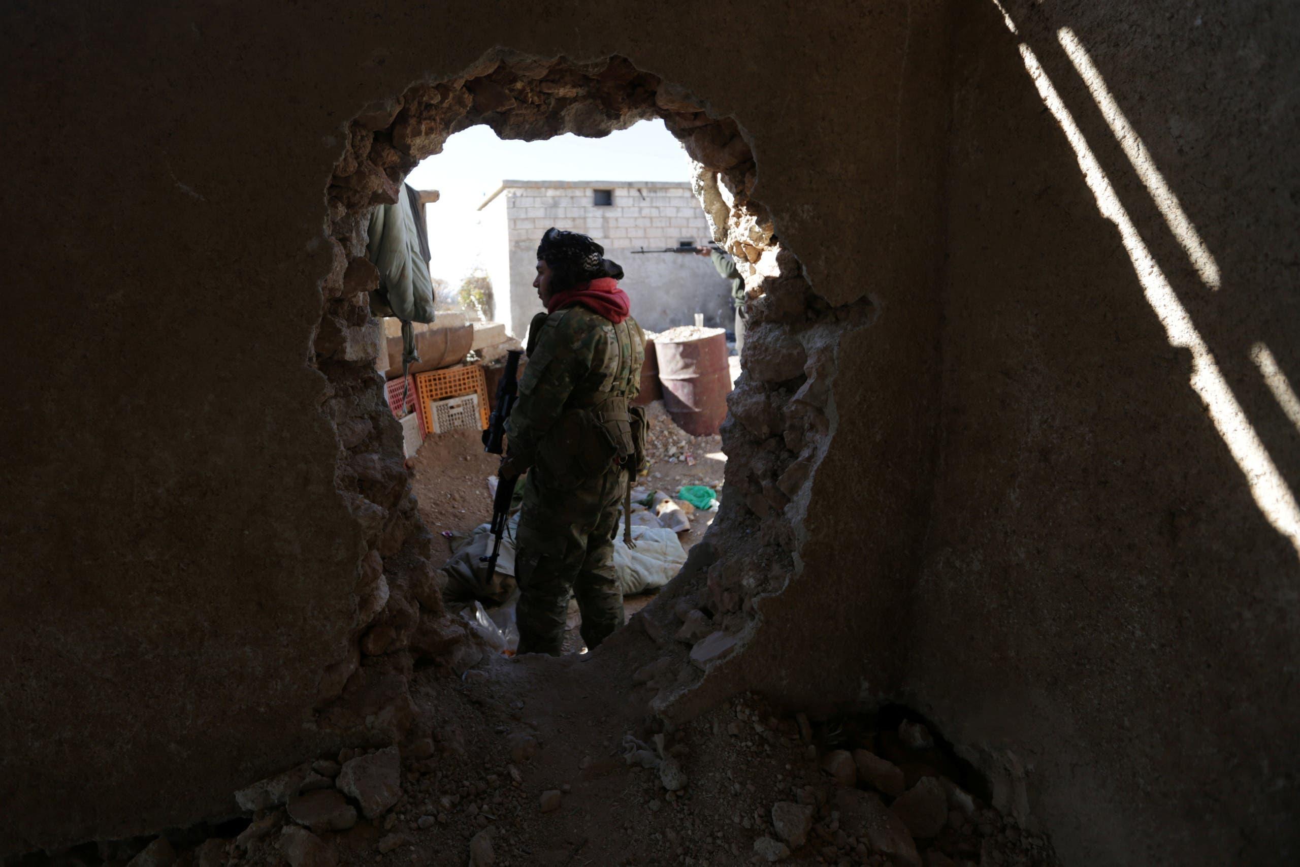 مقاتل من المعارضة يحمل سلاحه في محيط بلدة الباب (أرشيفية)