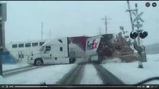 وڈیو : ٹرین سے تصادم کے بعد ٹرک دو حصوں میں تقسیم