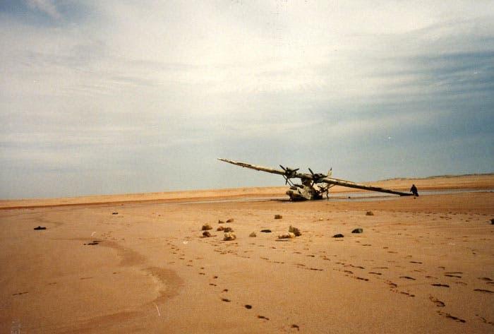 تعطلت الطائرة متكئة على جناحها الأيمن