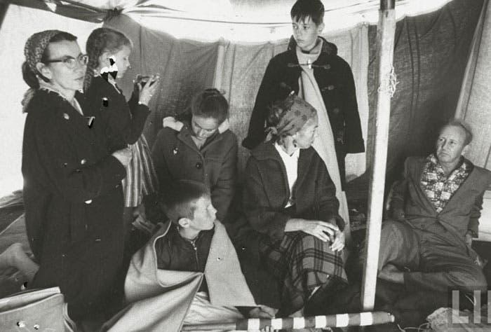 أفراد العائلة في خيمة الهجانه