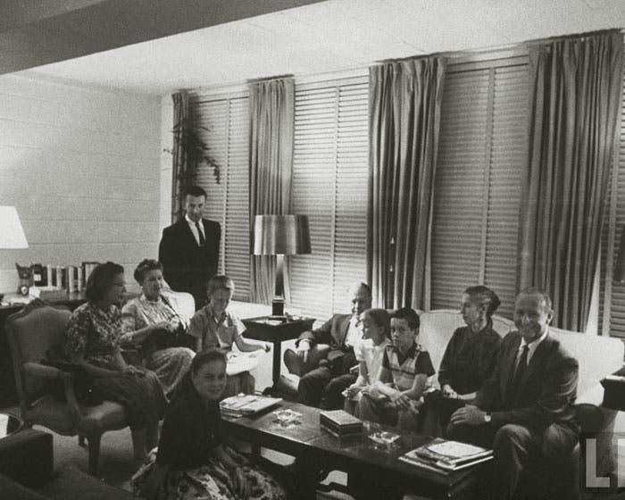 أفراد العائلة بعد أن وصلوا السفارة الأمريكية في جدة