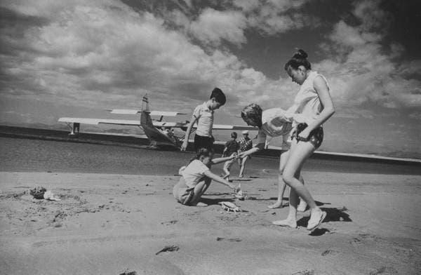 أفراد من عائلة كانديال يجمعون القواقع من شاطئ حميد