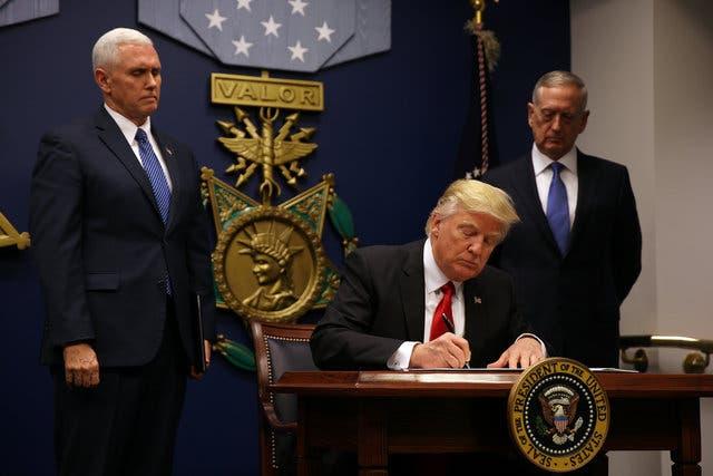 الرئيس الأميركي أثناء توقيع عدة قرارات مهمة