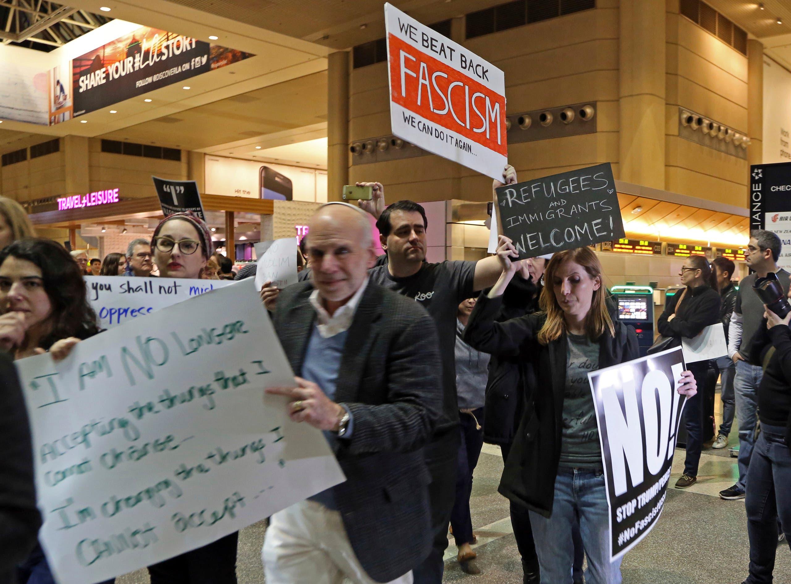 احتجاج بمطار في لوس أنجلوس ضد قرار ترمب